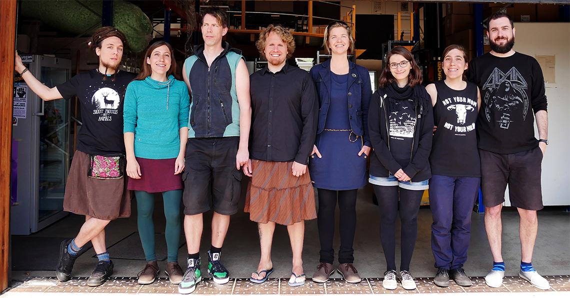 das roots of compassion Kollektiv (8 Leute) stehen vor dem Lager